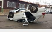 Criminosos capotam carro que haviam acabado de roubar no centro da cidade