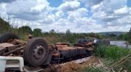 Caminhão capota em curva na Serra da Contagem e deixa uma vítima fatal