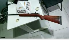 Polícia Militar apreende arma, drogas e recupera veículo roubado