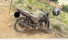 Indivíduo tenta fugir de moto com arma em punho, mas é alcançado pela PM