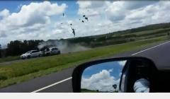 Vídeo flagra motociclista na contramão sendo arremessado ao bater em carro