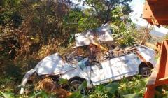 Carro cai em ribanceira e os quatro ocupantes morrem na hora
