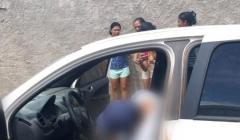 Homem é morto a tiros dentro de carro e PM procura por autores