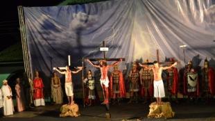 Encena��o da Paix�o de Cristo leva milhares de pessoas �s ruas de Paracatu
