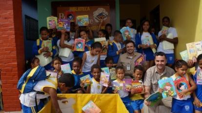 Kinross doa livros a pequenos leitores de programa social de Paracatu