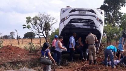 �nibus da Secretaria de Sa�de de Paracatu capota e deixa seis pessoas feridas na MG 410